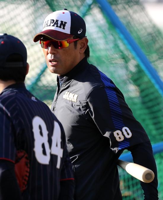 프리미어12 슈퍼라운드에 진출한 일본대표팀의 이나바 아츠노리 감독이 10일 지바 조조마린스타디움에서 팀 훈련을 지도하고 있다. 사진=연합뉴스 제공