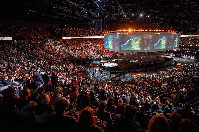 `2019 롤드컵` 결승전이 열리는 아코르호텔 아레나를 가득 메운 유럽 e스포츠 팬들. 라이엇게임즈 제공