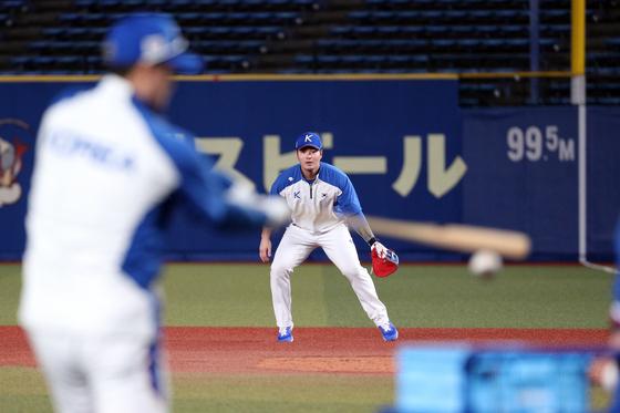 땅볼 수비 훈련을 하고 있는 야구대표팀 박병호. [뉴스1]