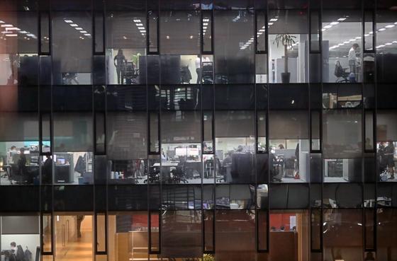 서울 시내의 한 사무실에서 야근하는 직장인들 모습. [연합뉴스]
