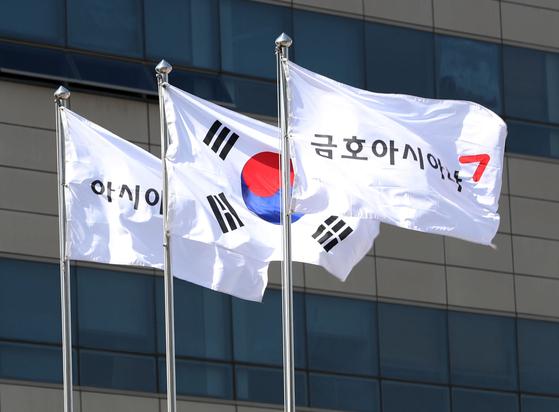 서울 강서구 아시아나항공 본사에서 아시아나항공 깃발이 바람에 펄럭이고 있다. 금호아시아나그룹(금호그룹)이 유동성 위기를 해결하기 위해 아시아나항공을 매각했다. [뉴스1]