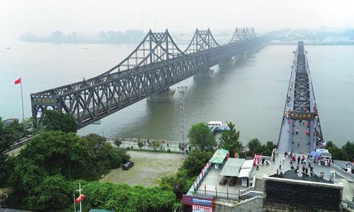 북한은 국제사회의 제재 압력을 피하기 위한 돌파구를 관광, 특히 중국인 관광 유치에서 찾고 있다. 사진은 단둥의 중조우의교. [AP=연합뉴스]