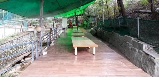 서울 시내 그린벨트 내 음식점 10여 곳이 불법으로 평상과 천막 등을 설치해놓고 영업하다 적발됐다. 사진은 이번에 적발된 강북구의 한 음식점 내부. [사진 서울시]