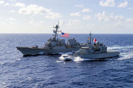 미 해군 구축함인 마이클 머피함(DDG 112ㆍ왼쪽)과 프랑스 해군 프리깃함인 방데미에르함이 지난해 태평양에서 연합훈련을 하고 있다. 당시 방데미에르함은 프랑스가 미국 주도의 '항행의 자유 작전'에 동참하기 위해 서태평양 지역으로 보낸 전투함이다.[사진 미 해군]