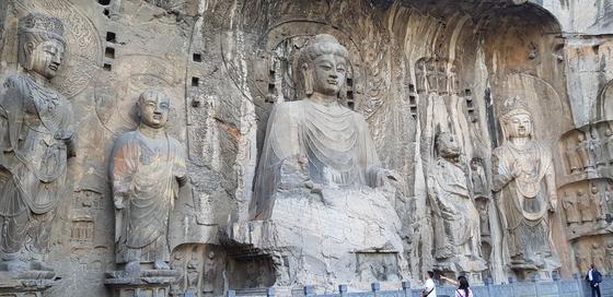 2000년 유네스코 세계문화유산에 등재된 룽먼 석굴. 2100여개 동굴에 10만 위가 넘는 석불이 있는데 봉선사동의 대불이 가장 압도적이라 할 만하다. 채인택 기자