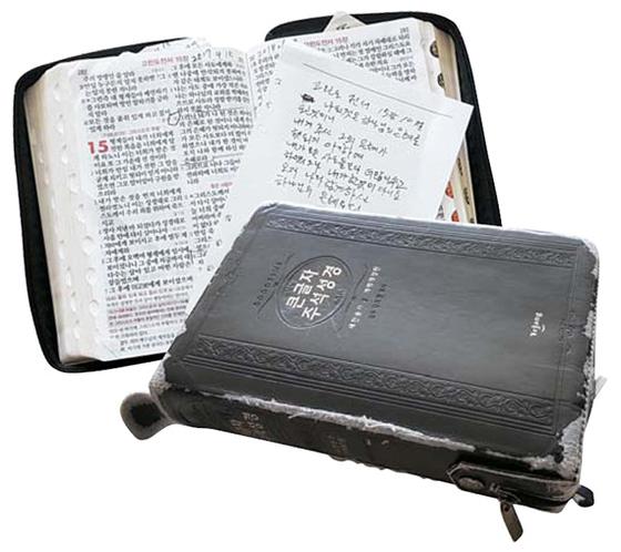 """독실한 기독교 신자인 신씨는 '나중에 내 관 속에 성경책 하나만 함께 묻어달라""""고 말했다. 그가 가장 좋아하는 구절은 고린도전서 15장 10절이다. 김경희 기자"""