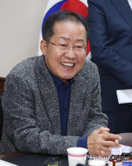 자유한국당 홍준표 전 대표가 12일 오후 대구 서문시장을 방문한 자리에서 기자들의 질문에 답하고 있다. [연합뉴스]