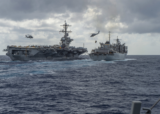 미국 해군의 항공모함 에이브러햄 링컴함(왼쪽)의 지난 5월 8일 훈련 모습. 이 항모는 중동 석유 수송로의 급소인 호르무즈 해협에서 김장이 고조되자 인근 오만해에 최근 배치됐다. [EPA=연합뉴스]