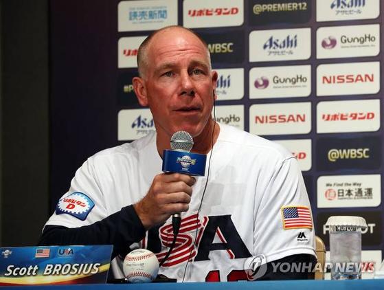 10일 도쿄돔에서 열린 프리미어12 공식 기자회견에서 질문에 답하고 있는 스캇 브로셔스 미국 대표팀 감독. 연합뉴스스