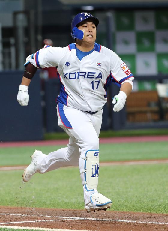 강백호가 지난 29일 고척돔에서 열린 상무와의 연습경기에서 외야에 타구를 보낸 뒤 1루로 향하고 있다.