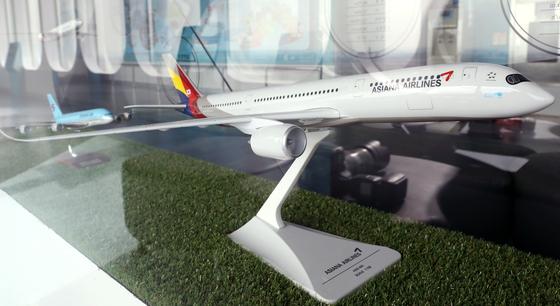 HDC현대산업개발-미래에셋 컨소시엄이 인수 우선협상대상자 선정이 완료되면서 아시아나항공은 출범 31년 만에 금호그룹을 떠나 새주인을 맞게 됐다. 사진은 서울 강서구 김포공항 전망대에 전시되어 있는 아시아나 A350-800 모형. [뉴스1]
