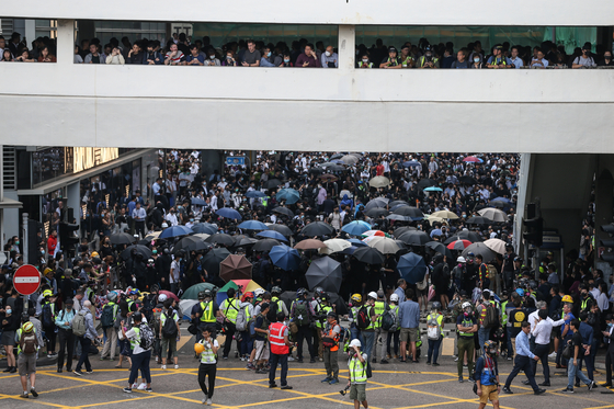 12일 오후 홍콩의 중심지 센트럴에 수백명의 시위대와 직장인들이 모여 '점심시간 플래시몹' 시위 행진을 벌이고 있다. [EPA=연합뉴스]