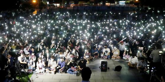 8월 23일 서울 성북구 고려대학교 중앙광장에서 학생들이 조국 법무부 장관 후보자 딸의 고려대 입학 과정에 대한 진상규명을 촉구하는 촛불집회를 열고 촛불 대신 휴대전화 불빛을 밝히고 있다. 우상조 기자