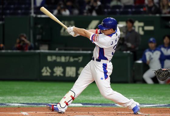 김재환이 미국전에서 1회 오른쪽 담장을 넘기는 3점짜리 홈런을 쏘아 올리고 있다. 한국 야구대표팀이 이번 대회에서 기록한 첫 홈런이었다. [연합뉴스]