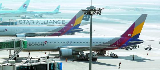 '제2국적 항공사' 아시아나항공이 새 주인을 맞는다. 지난 5일 서울 김포공항에 아시아나 항공기가 대기하고 있다. [연합뉴스]