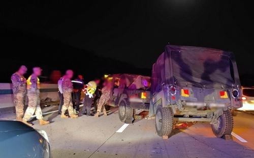 영동 경부고속도로서 트럭과 미군차가 추돌하는 사고가 발생했다. [연합뉴스]