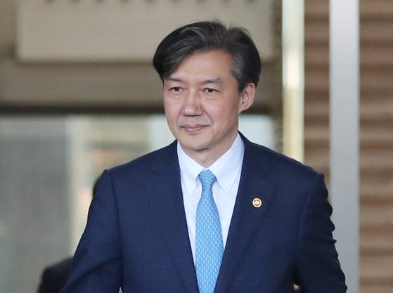 전격적으로 사의를 밝힌 조국 법무부 장관이 14일 오후 과천 법무부 청사를 나오고 있다. [연합뉴스]