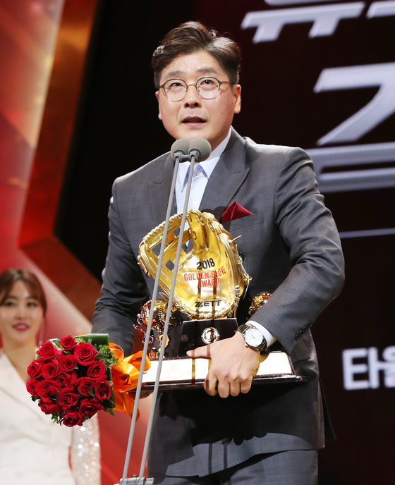 2018년 골든글러브 시상식에서 홍원기 코치가 유격수 부문상을 수상한 김하성의 수상을 대리 수상을 한 후 수상소감을 밝히고 있다. [중앙포토]