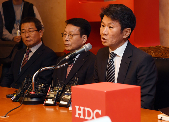 정몽규 HDC현대산업개발 회장이 11월 12일 서울 용산구 본사에서 아시아나항공 인수 우선협상대상자 선정 관련 기자회견을 하고 있다. [뉴스1]