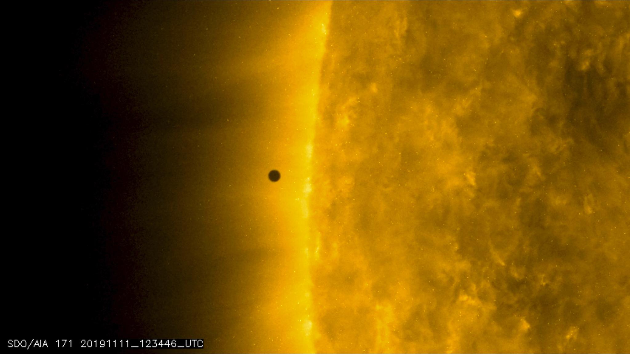 태양 활동을 관측하기 위해 발사돼 9년째 지구궤도를 돌고 있는 NASA의 태양 활동 관측 위성 (Solar Dynamics Observatory)에 찍힌 수성이 태양에 다가가는 장면. 검은점이 수성이다. [사진 NASA Solar Dynamics Observatory]