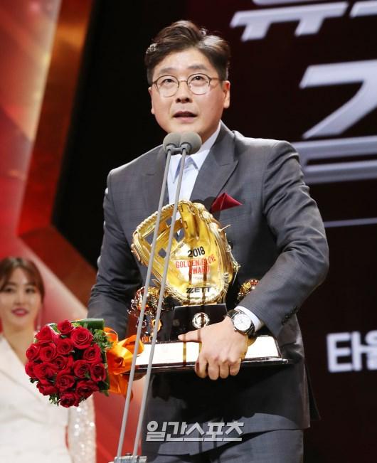 홍원기 코치가 지난해 유격수 부문 골든글러브를 수상한 김하성을 대리해 상을 받은 뒤 소감을 밝히고 있다.