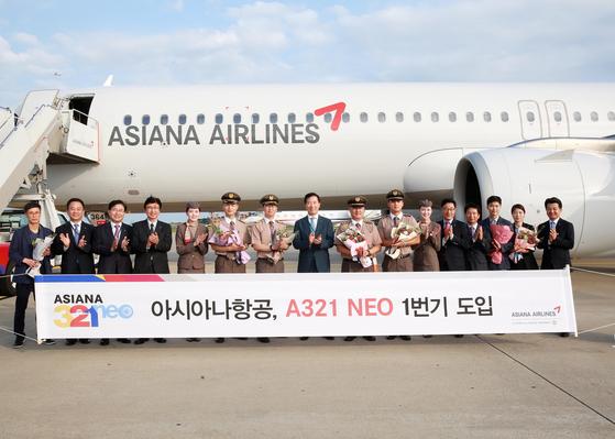A321 NEO 1번기 신규도입 행사에서 아시아나항공 한창수(왼쪽 8번째) 사장이 기념사진을 찍고 있다. [사진 아시아나항공]