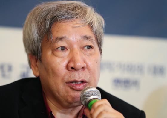 옌롄커는 중국의 뒤안길에 드리워진 어두운 면을 파헤치는 작품으로 매년 노벨문학상 후보로 언급되고 있다. [사진 뉴스1]
