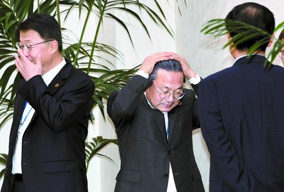 강기정 정무수석(가운데)이 11일 오후 청와대 여민관에서 열린 수석·보좌관 회의에 앞서 참석자들과 차담회를 하는 도중 머리를 쓸어 올리고 있다. 왼쪽은 주형철 경제보좌관. [청와대사진기자단]