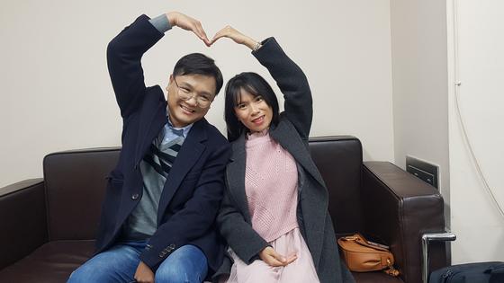 인도네시아 바우바우시 출신 뜨리(오른쪽)와 남편 강민구씨는 지난해 9월 결혼했다. 뜨리는 찌아찌아족이 거주하는 마을 학교에 보조교사로 일하며 한글을 가르치고 있다. 최종권 기자