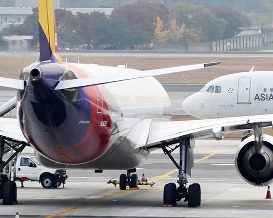 아시아나항공 매각 우선협상대상자로 HDC현대산업개발 컨소시엄이 선정됐다. 12일 김포공항에서 바라본 아시아나항공 여객기의 모습. [뉴시스]