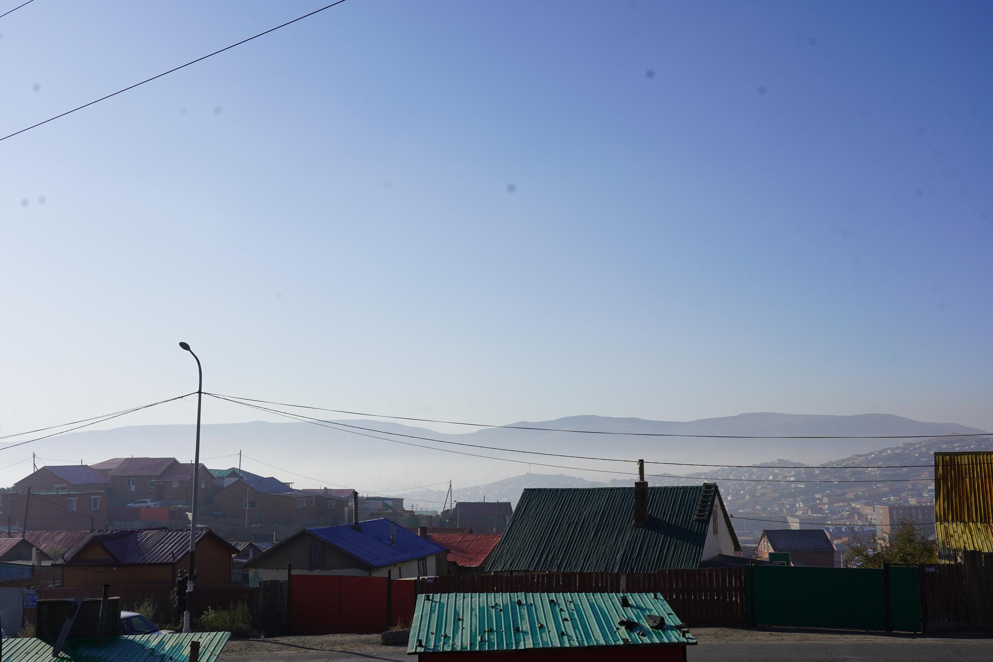 몽골 울란바토르 서북쪽 외곽에 위치한 칭길테 지역의 언덕배기 게르촌에서 내려다본 아래쪽 울란바토르 도심. 이날 하늘은 구름 한 점 없이 맑았지만 영하 7도까지 떨어진 추위 탓에 난방이 늘어 아침 도심엔 오염물질이 고였다. 김정연 기자