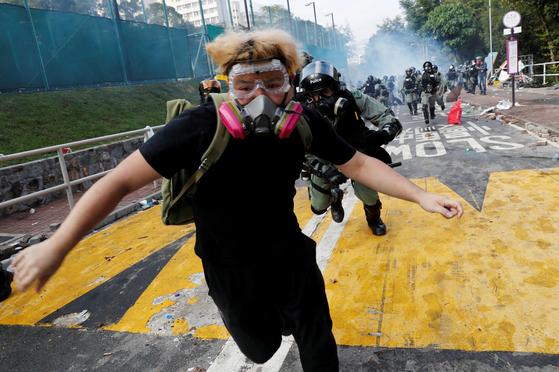 홍콩 중문대 근처에서 벌어진 12일 시위에서 학생이 경찰의 추격을 피해 달아나고 있다. [로이터=연합뉴스]