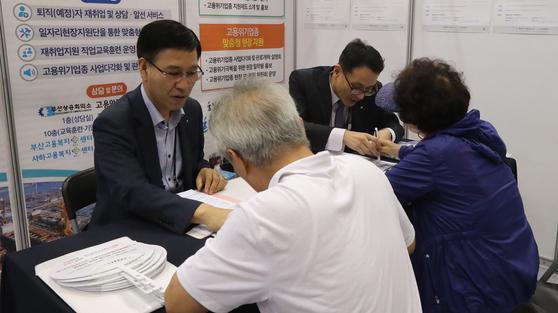 '60(60세 이상) 시니어 일자리 한마당'에 참가한 어르신들이 취업 신청서를 작성하고 있다. [송봉근 기자]