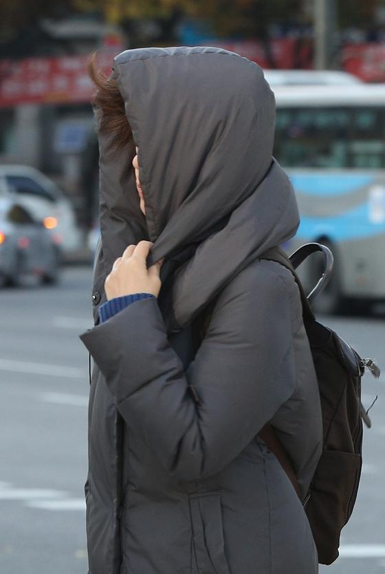 지난 8일 오전 서울 광화문네거리에서 두꺼운 옷을 입은 시민들이 출근하고 있다. 수능을 하루 앞둔 13일 오후 11시를 기해 서울 등 수도권과 강원 일부 지역에 한파주의보가 발효된다. [뉴스1]
