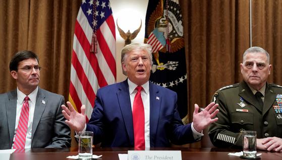 도널드 트럼프 미국 대통령(가운데)를 대표해 한국과 국방 현안을 논의하기 위해 한국을 하루 간격으로 찾는 마크 에스퍼 국방부 장관(왼쪽)과 마크 밀리 합참의장. [로이터=연합]