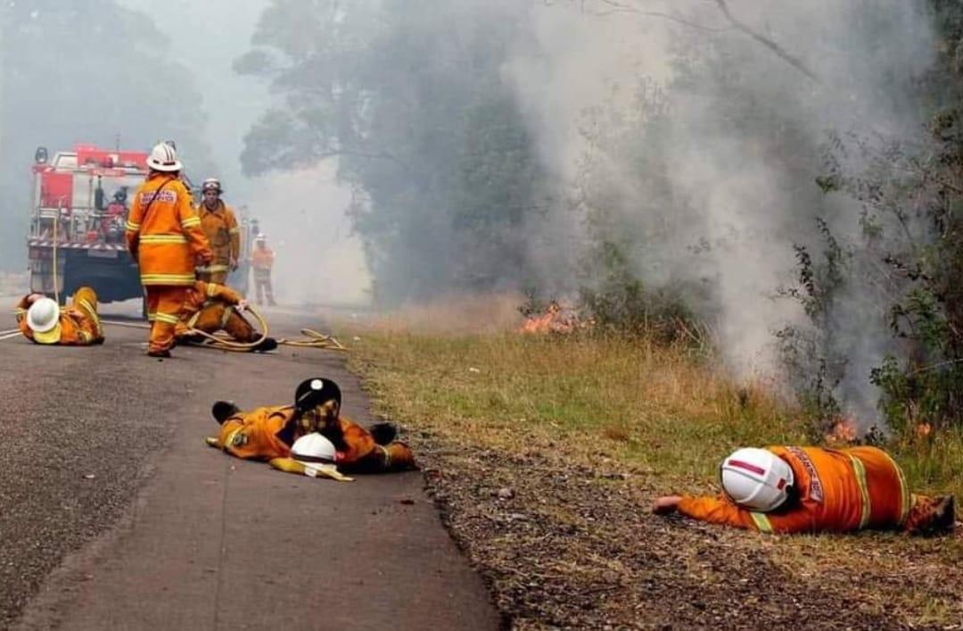 호주 동부 지역에 발생한 초대형 산불로 동부 지역에 비상사태가 선포되는 등 화재 위험이 이어지는 가운데 10일(현지시간) 화재를 진화하기 위해 사력을 다해 탈진한 소방관들이 불길이 남아있는 도로에 쓰러져 쉬고 있는 위태로운 모습이 공개돼 안타까움을 자아내고 있다. [트위터]