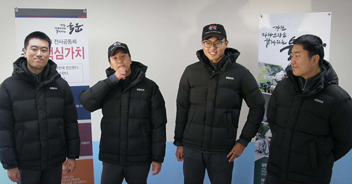 11일 육군 22사단 장병들이 새로 보급받은 패딩형 동계점퍼를 입고 기념촬영을 하고 있다. [사진 국방부]
