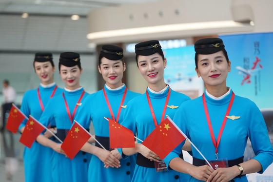 중국 샤먼항공의 승무원들이 지난 9월 25일 베이징 다싱국제공항 여객 터미널에서 손님을 맞고 있다. 푸젠성 성도 샤먼시를 근거지로 한 샤먼항공은 중국 3대 항공사인 남방항공이 지분 60%를 가지고 있다. [신화=연합뉴스]