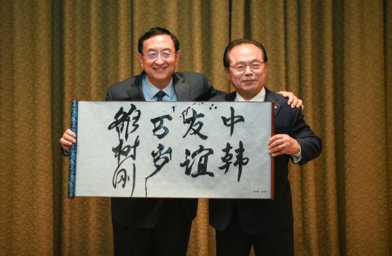 중국의 뤄수깡 문화여유부장이 만찬 후 '중한우의만세'라고 쓴 친서를 오거돈 시장과 함께 들어보이고 있다. [사진 부산시]