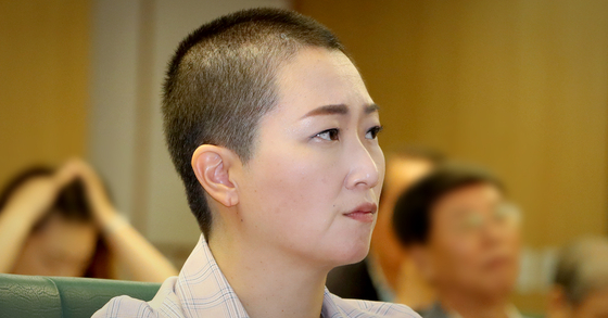 이언주 무소속 의원이 지난 26일 서울 여의도 국회 의원회관에서 열린 한 강의에서 경청하고 있다. [뉴스1]