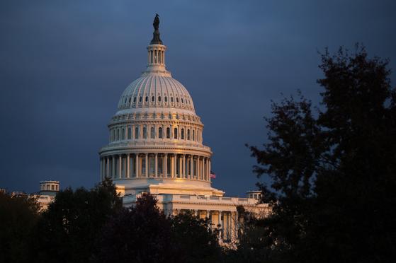 민주당과 공화당이 13일(현지시간) 트럼프 대통령 탄핵의 주요 절차인 공개청문회에서 총력전을 펼친다. [AP=연합뉴스]
