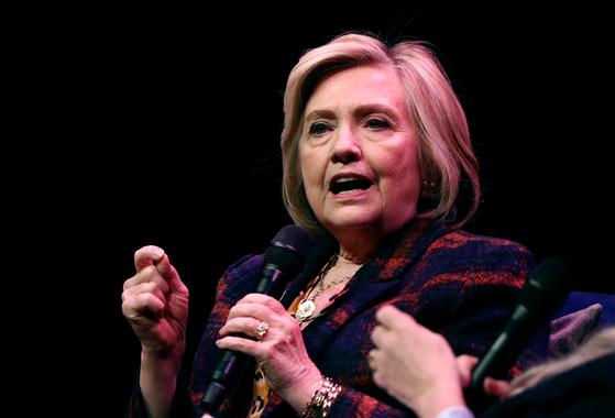 힐러리 클린턴 전 미국 국무장관이 10일(현지시간) 영국 런던에서 출판 홍보 행사를 열었다.[로이터=연합뉴스]