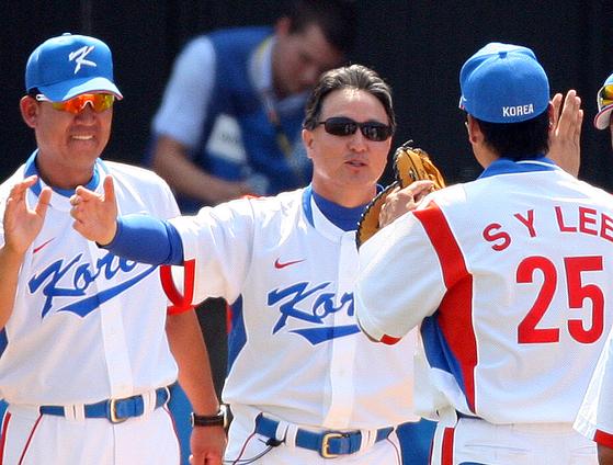 2008 베이징 올림픽 준결승 일본전에서 8회 역전홈런을 친 이승엽(오른쪽)과 김경문 감독(가운데). 중앙포토