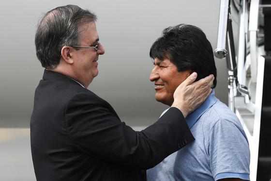 에보 모랄레스 전 볼리비아 대통령을 맞이하는 마르셀로 에브라르드 멕시코 외무장관. [로이터=연합뉴스]
