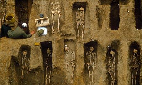 영국 런던의 이스트스미스필드(현 조폐국 부지)에서 발굴된 14세기 흑사병 희생자 유골. [중앙포토]