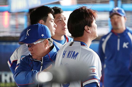 12일 지바 조조마린스타디움에서 열린 프리미어12 수퍼라운드 대만전에서 한국이 0-7로 패했다. 선발 김광현을 위로하는 김경문 감독. [지바=뉴스1]