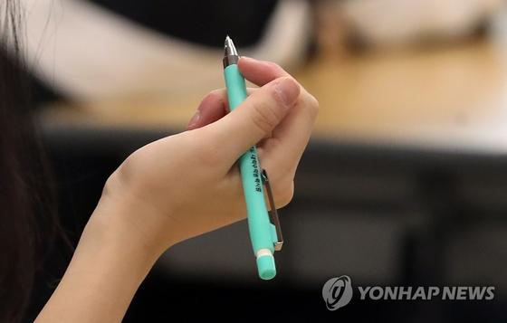 2020학년도 대학수학능력시험일인 14일 오전 서울의 한 고등학교에서 수험생이 '수능 샤프'를 들고 있다. [연합뉴스]