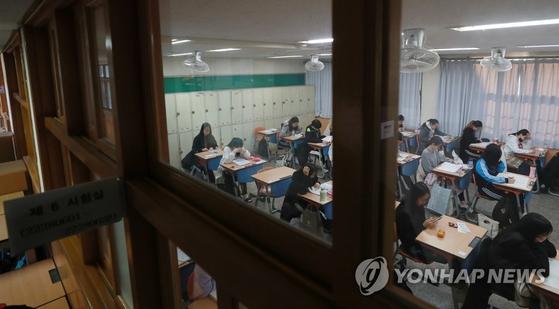 2020 대입 수학능력시험일인 14일 오전 부산 연제구의 한 고등학교에서 수험생들이 시험 준비를 하고 있다. [연합뉴스]