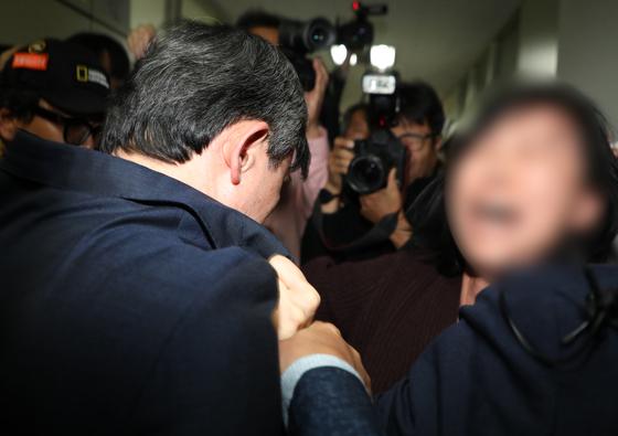양승동 KBS 사장이 지난 6일 오후 독도 소방헬기 사고 실종자 가족 대기실이 있는 대구 달성군 강서소방서를 방문해 사과하려다 가족들의 항의를 받고 있다. [뉴스1]
