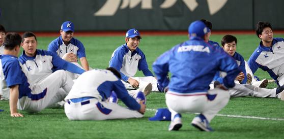 (도쿄=뉴스1) 황기선 기자 = 대한민국 야구 대표팀 이정후 등 선수들이 14일 일본 도쿄돔에서 열린 2019 세계야구소프트볼연맹(WBSC) 프리미어12 슈퍼라운드 공식훈련에서 몸을 풀고 있다. 대표팀은 15일 멕시코, 16일 일본을 차례로 상대한다. 2019.11.14/뉴스1